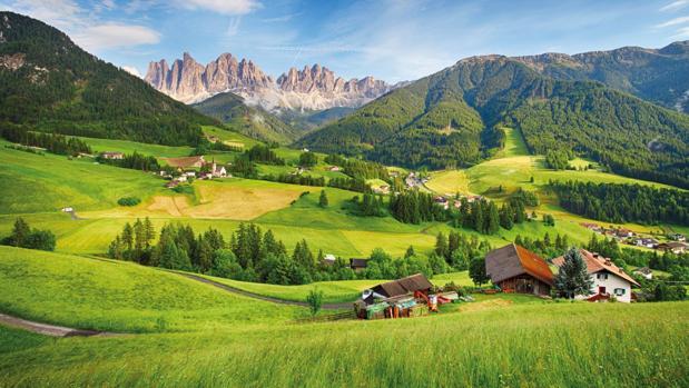 Valle de Funes, unlugar idílico de Italia que acoge la delicada iglesia de Santa Magdalena