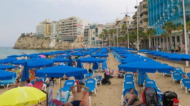 Con el Balcón de Benidorm al fondo, la estampa captada este año evidencia el cambio en la fisonomía urbana que rodea a la playa de Levante