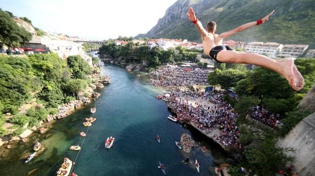 Salto desde el Puente de Mostar sobre el río Neretva