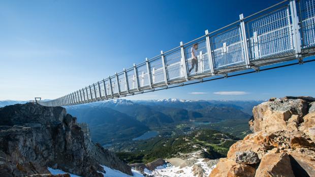 Los 130 metros de este espectacular puente recogen el panorama sobrecogedor de las montañas de la Columbia Británica