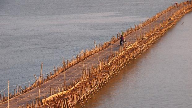 Formado por 50.000 cañas de bambú, este puente recorre más de un kilómetro sobre el río Mekong