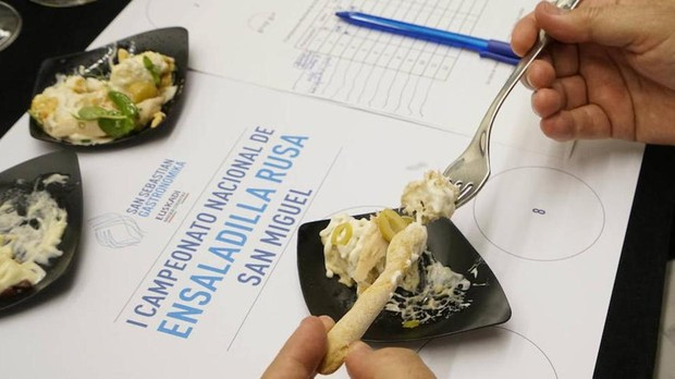 La ensaladilla ganadora en la segunda jornada de San Sebastián Gastronomika, degustada por uno de los miembros del jurado