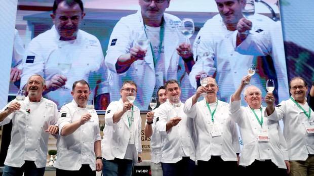 El cocinero, Juan Mari Arzak, acompañado por sus compañeros de profesión durante un homenaje al restaurador donostiarra