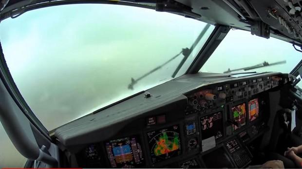 Aspecto de la cabina del Boeing 737-800 durante su aterrizaje en Palma de Mallorca