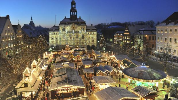 Las luces y adornosnavideños decoran el edificio del ayuntamiento en Lueneburg(Alemania)