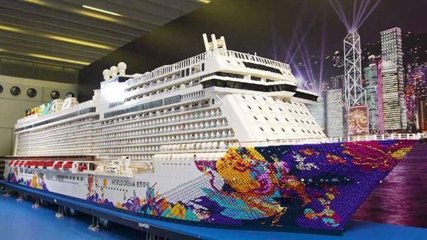Maqueta a escala hecha con fichas de Lego del crucero World Dream