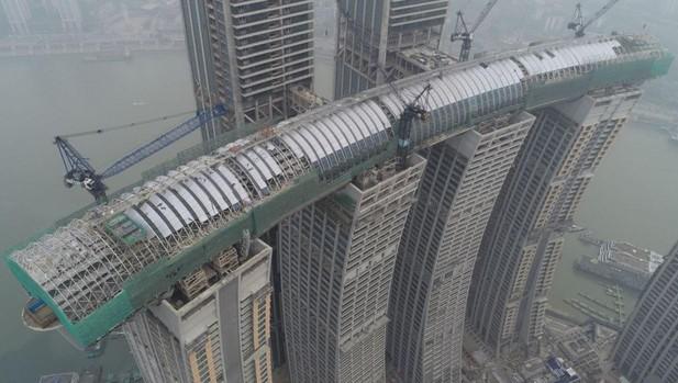 f8c40bbbc93a Un enorme rascacielos horizontal une cuatro torres a 250 m de altura