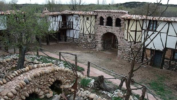 El «pueblo medieval» levantado piedra a piedra en el siglo XXI