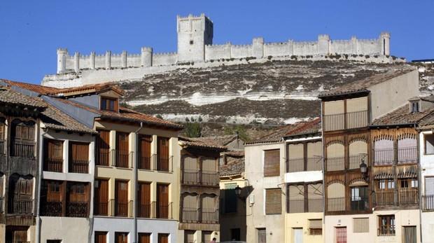 El castillo de Peñafiel sobre la popular Plaza del Coso