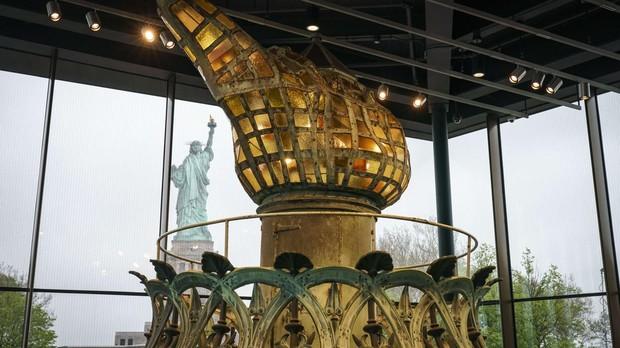 Una versión restaurada de la antorcha original de la Estatua de la Libertad en el nuevo Museo de la Estatua de la Libertad