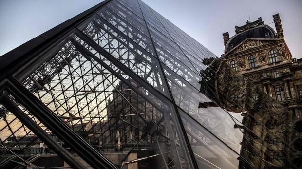 Pirámide del museo del Louvre, en París