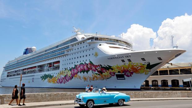 Un automóvil clásico pasa este martes frente a la terminal de cruceros de La Habana (Cuba).