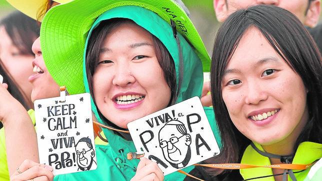 Dos chicas asistentes a la Jornada Asiática de la Juventud