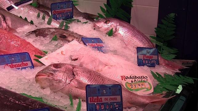 Baja el precio del pescado en el mercado y tiempo de frutas