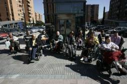 Un grupo de minusválidos protestaba ayer poco antes del arreglo del ascensor | FRANCISCO SECO