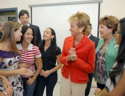 María Teresa Fernández de la Vega departiendo con estudiantes brasileños