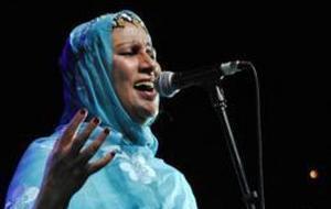 Varios marroquíes agreden a la cantante saharaui Mariem Hassan y su grupo